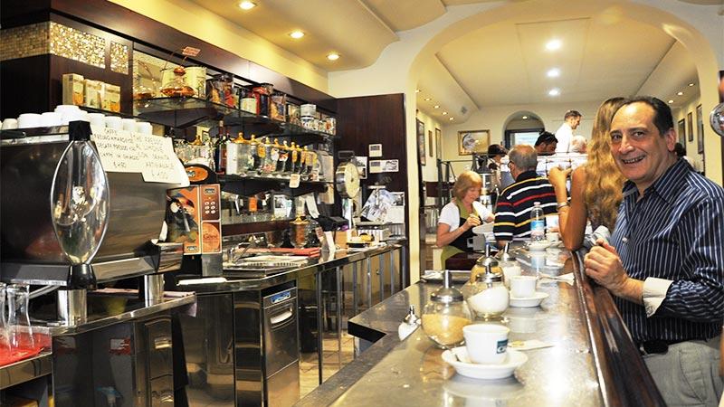 Kaffen nytes stående ved baren