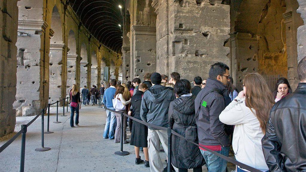 Kø utenfor Colosseum i Roma.