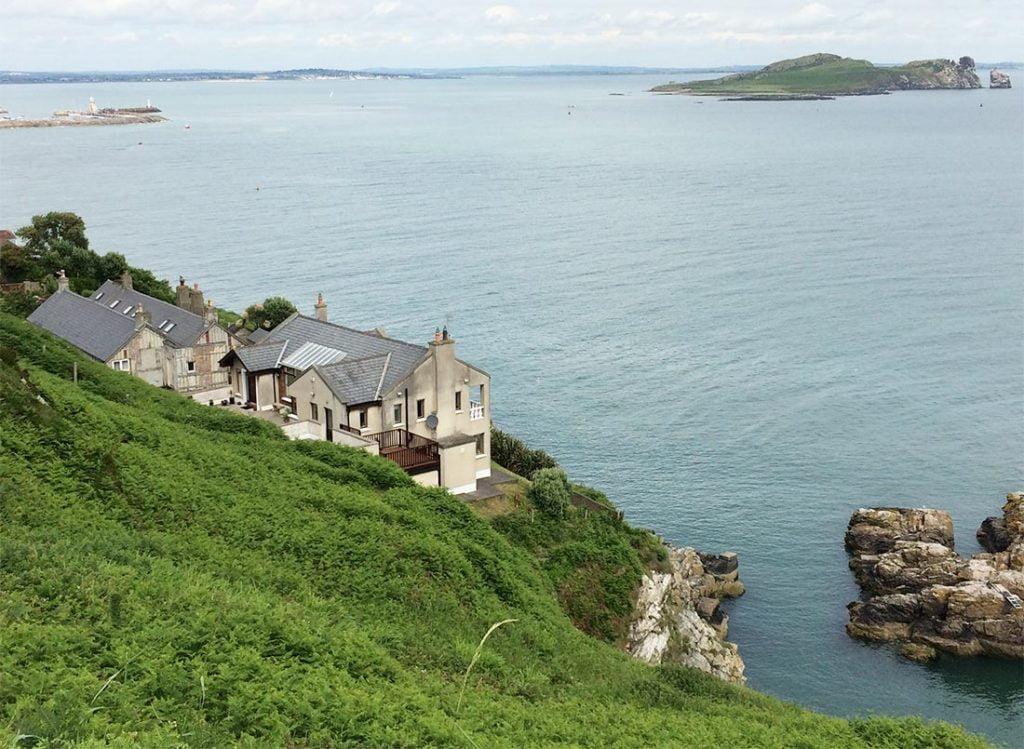 Utsikt fra vandreturen. Irland's eye i horisonten.