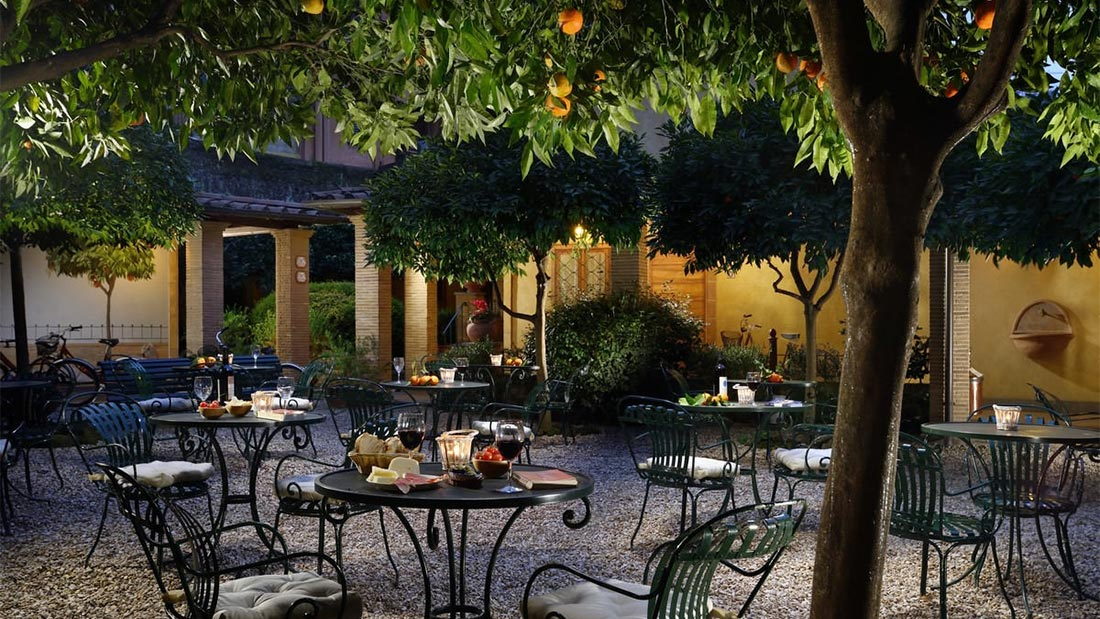 Hotel Santa Marias sjarmerende bakgård i Trastevere i Roma