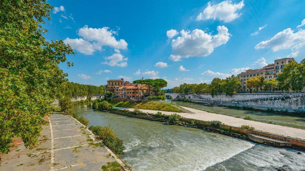 Isola Tiberina i Trastevere i Roma er den eneste øya i Tiber