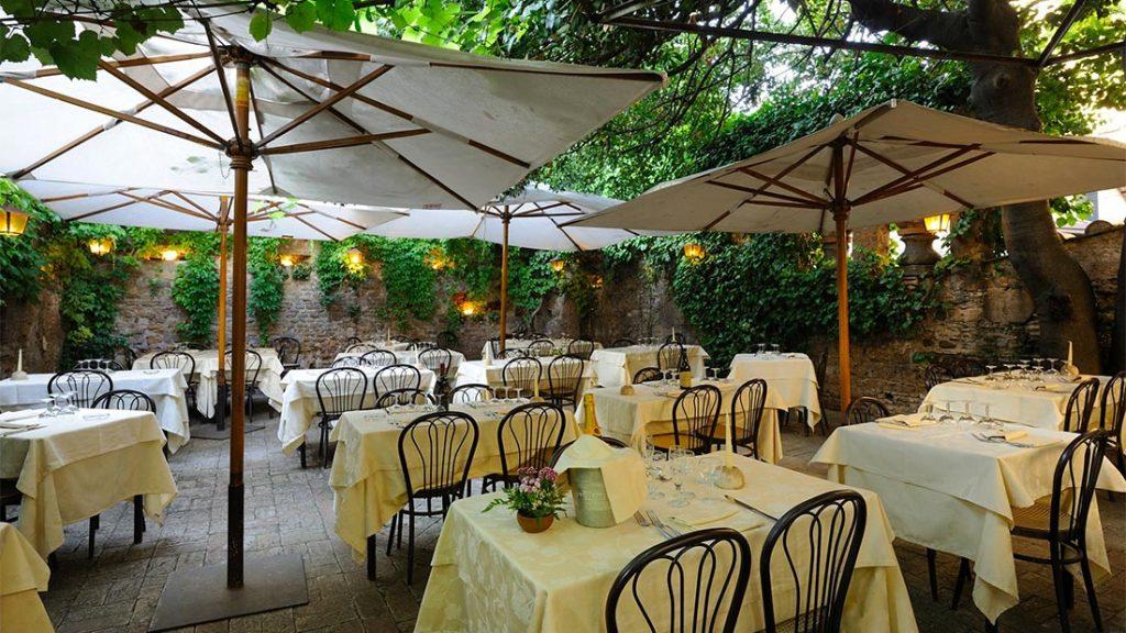 Den idylliske bakgården hos Romolo nel giardino della Fornarina i Trastevere i Roma