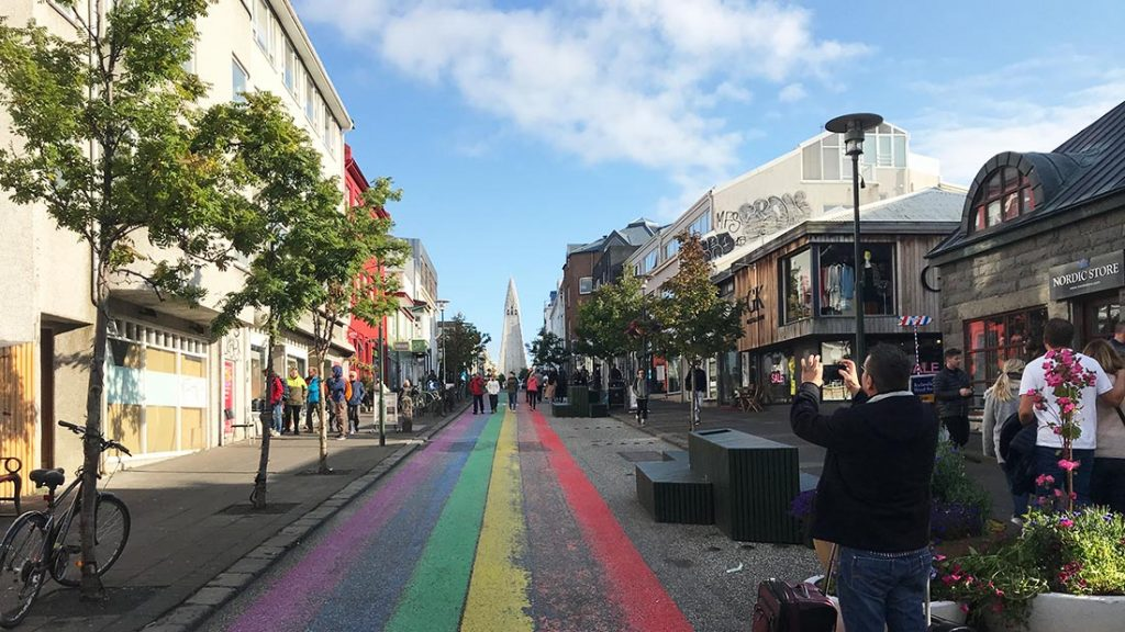 """Mye symbolikk i denne """"pride-gata"""" som leder rett mot kirken"""