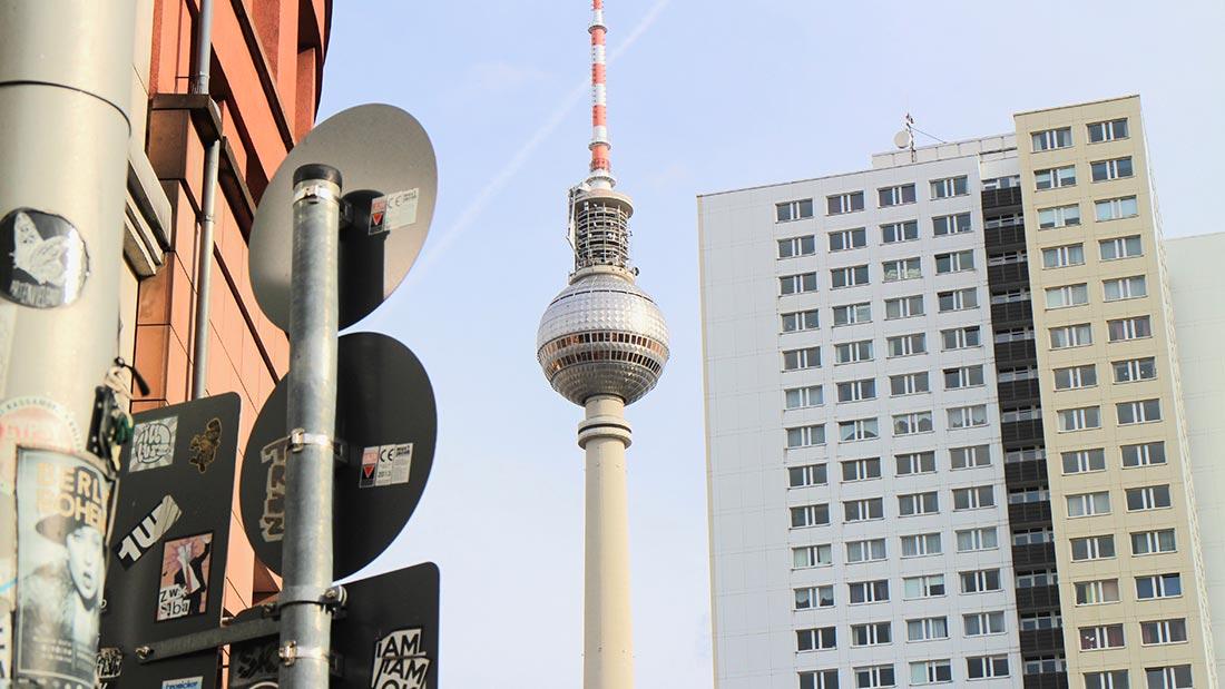 TV-tårnet sett fra Hackescher Markt i Berlin