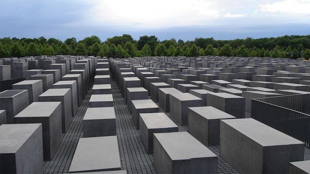 Holocaust Memorial med Tiergarten i bakgrunnen