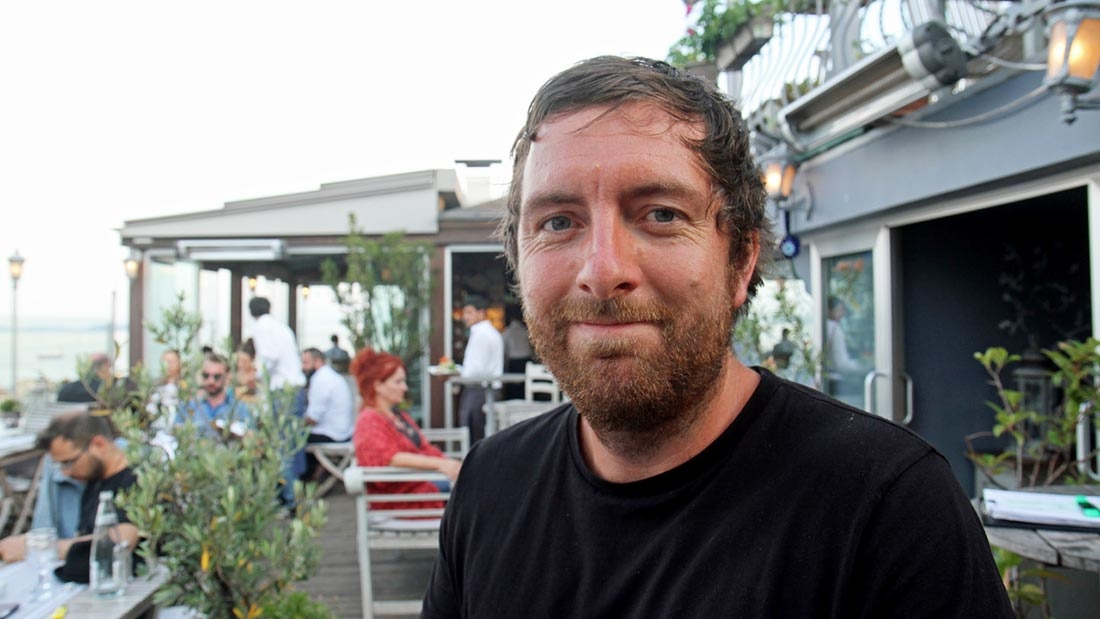 Runar Larsen på en takterrasse i Istanbul